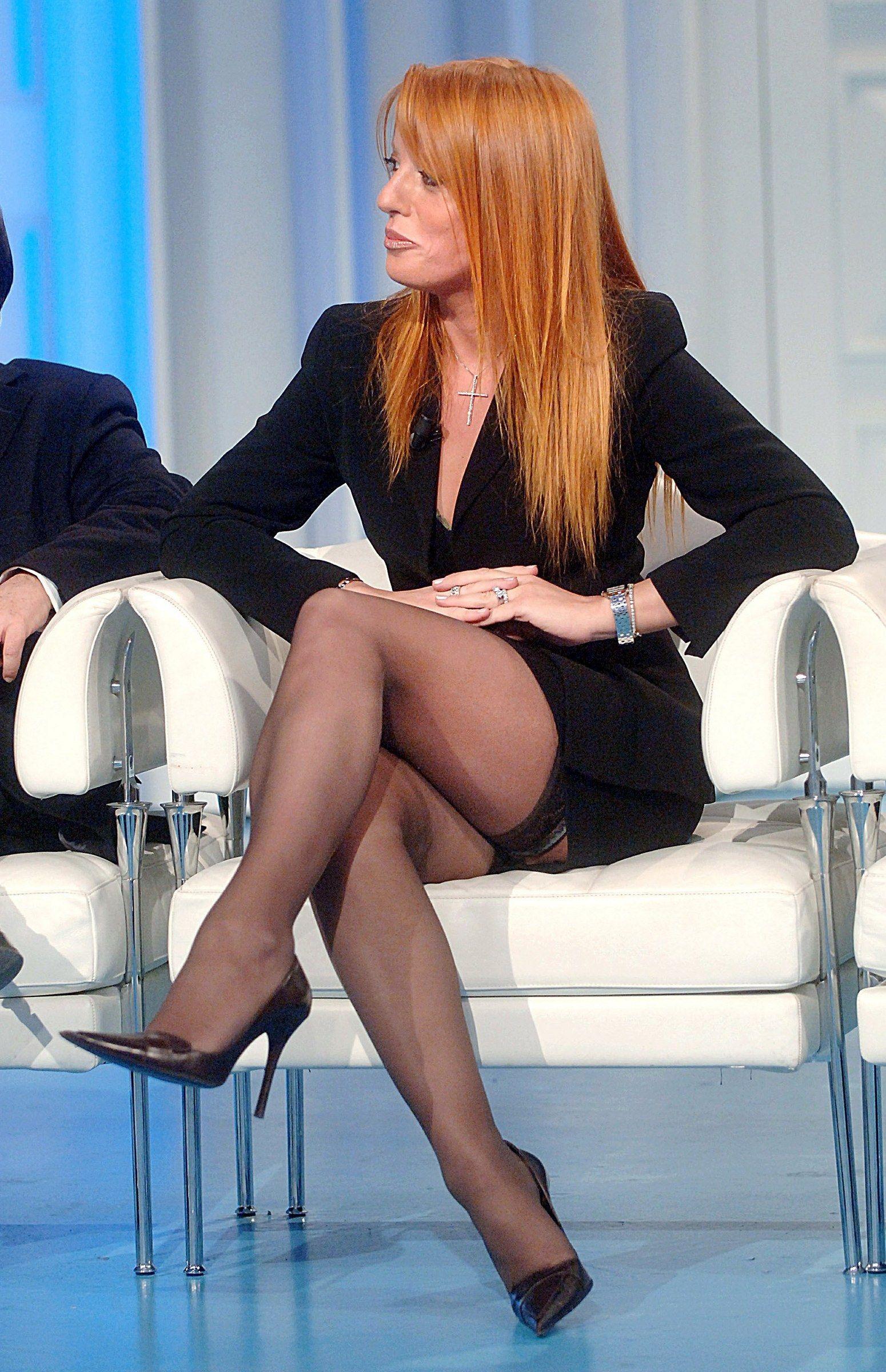 согласятся, что российские телеведущие в чулках платье видео знала мою слабость